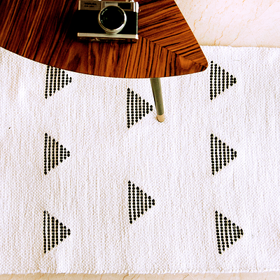 tapis triangles noir